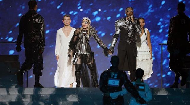 Madonna İsraildeki Eurovision finaline Filistin bayrağıyla damga vurdu