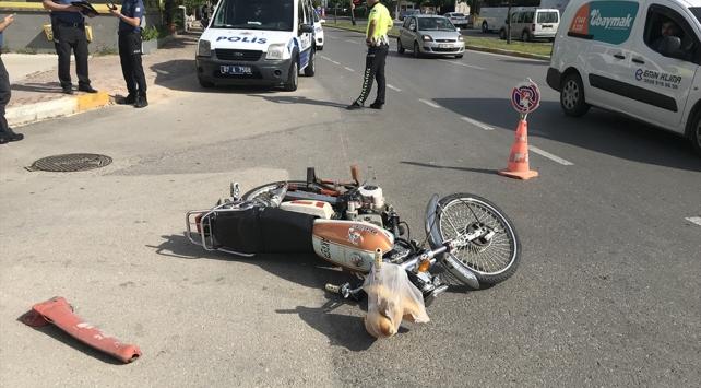 Kaçmaya çalışan motosikletli polise çarptı: 2 yaralı