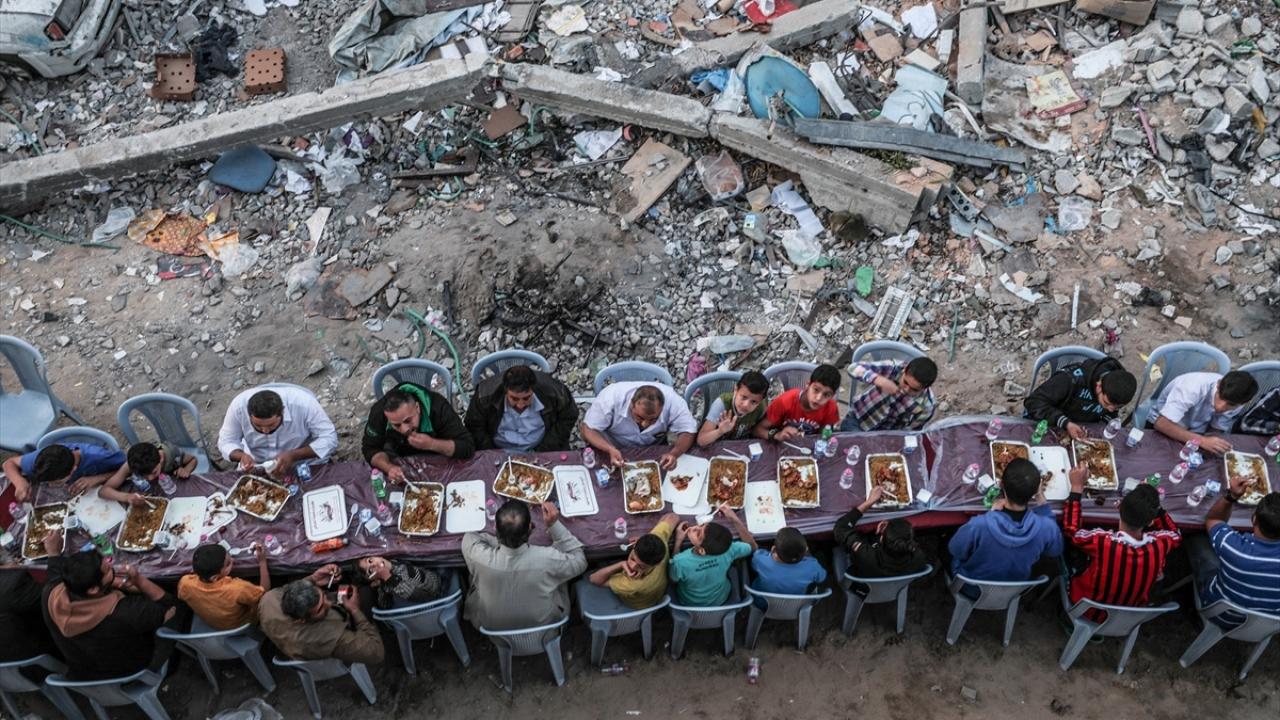 Filistinliler, Gazzede yıkılan evlerin arasında iftar yaptı