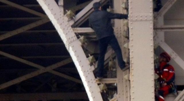 Eyfel Kulesine bir kişi tırmandı, kule boşaltıldı