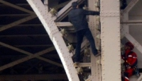 Eyfel Kulesi'ne bir kişi tırmandı, kule boşaltıldı