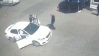 Polis, zanlıyı yakalamak için hareket halindeki aracın içine atladı