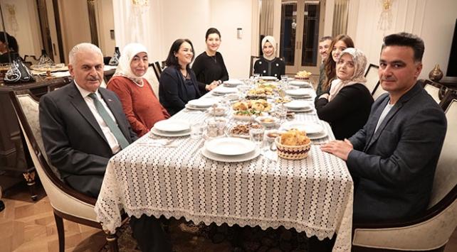Binali Yıldırım, Twitterdan mesaj atan aileyi iftara aldı