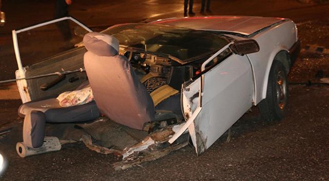 Manisada otomobil ikiye bölündü: 3 yaralı