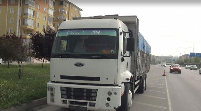 Freni boşalan kamyon 3 otomobile çarparak durabildi