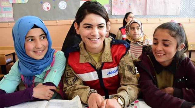 Kadın askerler köy çocuklarının oyunlarına ortak oluyor