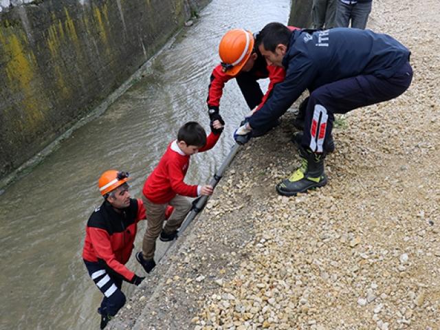 Su kanalına düşen çocuğu itfaiye ekipleri kurtardı