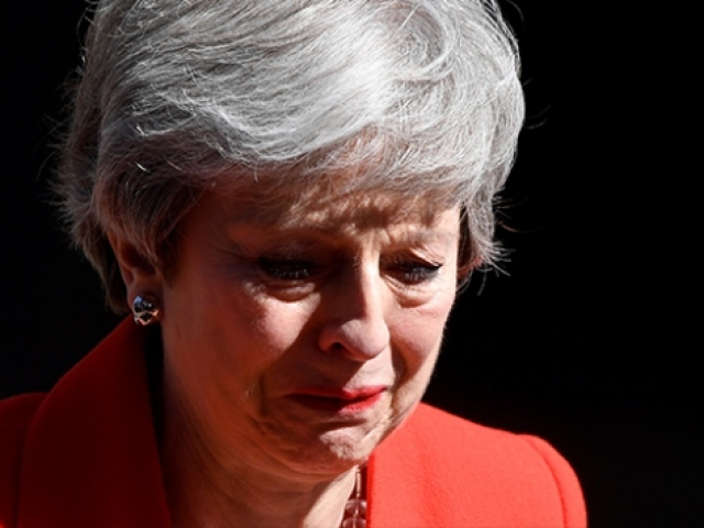 İstifasını açıklayan Theresa May gözyaşlarına engel olamadı