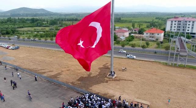 Bingölde dev Türk bayrağı göndere çekildi
