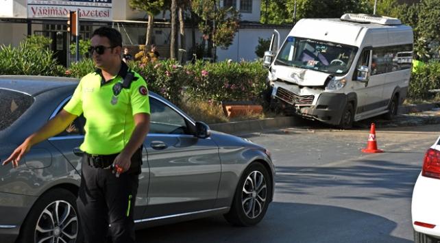 Muğlada öğrenci servisi refüje çarptı: 7 yaralı