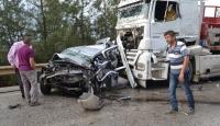 İki tır arasında kalan otomobildeki sürücü hayatını kaybetti