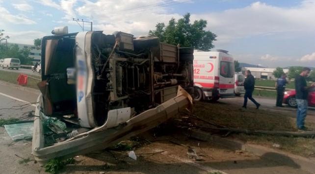 Bursada işçileri taşıyan midibüs devrildi: 10 yaralı