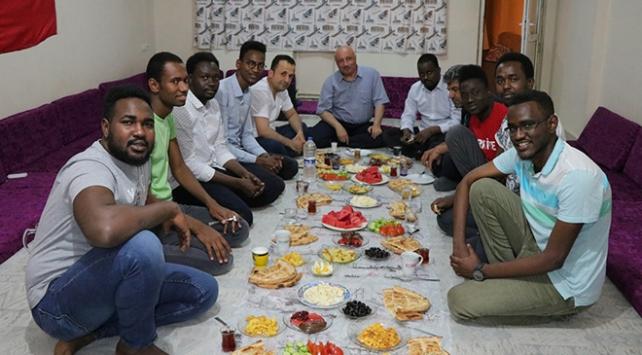 Rektörden Afrikalı öğrencilerine çat kapı sahur ziyareti