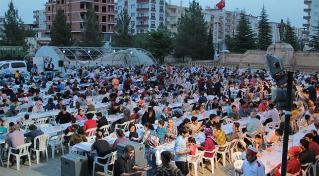 Midyatta ramazanın ruhu toplu iftarlarda yaşanıyor