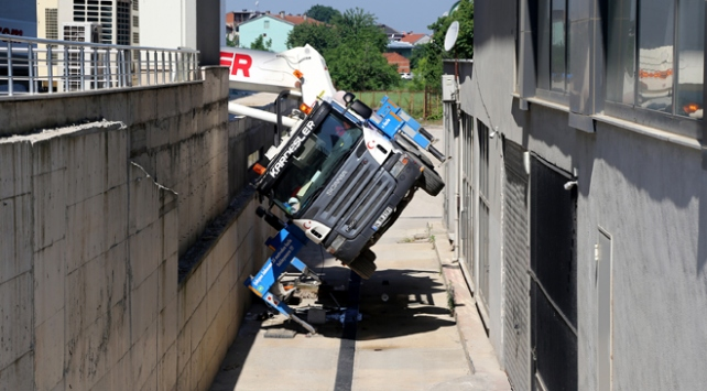 Bursada sepetli vinç devrildi: 2 ölü