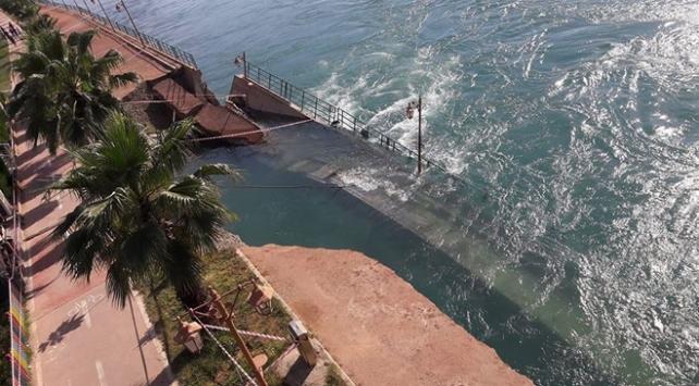 Fırat Nehrinde yükselen su yürüyüş yolunu yıktı