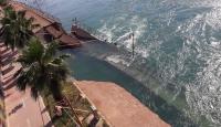 Fırat Nehri'nde yükselen su yürüyüş yolunu yıktı