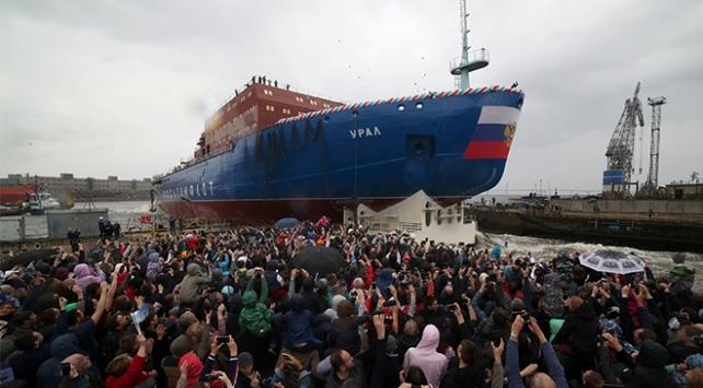 Rusya en büyük buzkıranı suya indirdi