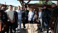 Cumhurbaşkanı Yardımcısı Oktay'dan Diriliş Ertuğrul setine ziyaret