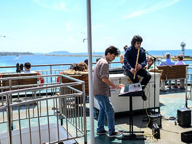 İstanbulda vapur seferlerini renklendiren canlı müzikler