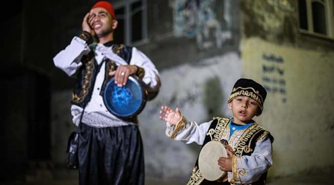 Gazzenin 5 yaşındaki  minik ramazan davulcusu