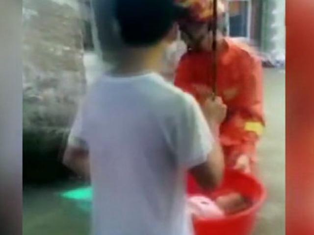 Çinde sel nedeniyle binada mahsur kalan bebek leğenle çıkarıldı