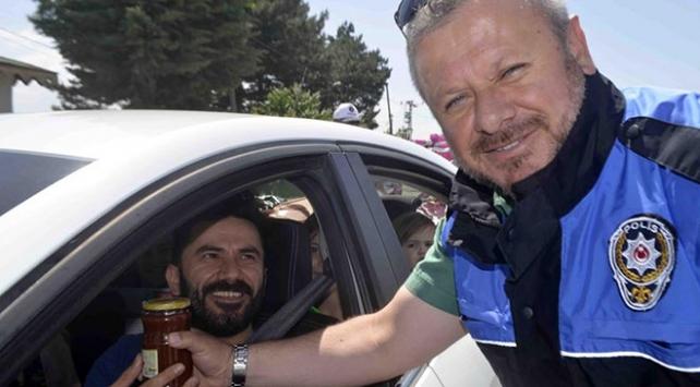 Polisten sürücülere kuşburnu ikramı