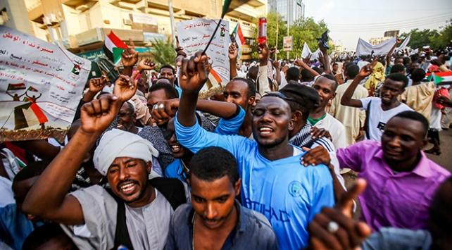 Sudanda Askeri Geçiş Konseyine destek gösterisi