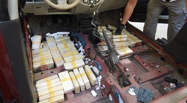 Otomobile sakladıkları eroini baharatla kamufle etmişler