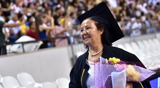 Şehit oğlunun isteğini üniversiteden mezun olarak yerine getirdi