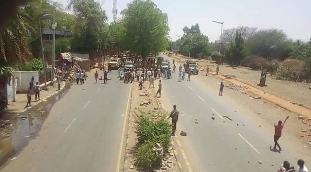 Sudanda gösterilerin düzenlendiği meydanda silah sesleri