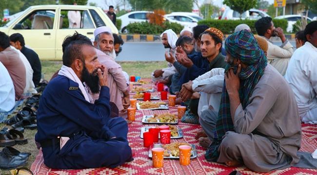 Pakistanın yol kenarı iftarları binlerce kişiyi doyurdu