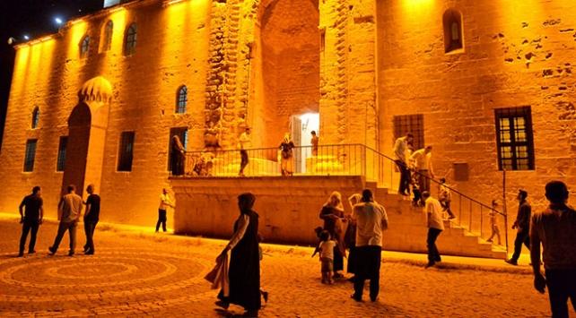Tarihi medresede açık havada teravih namazı