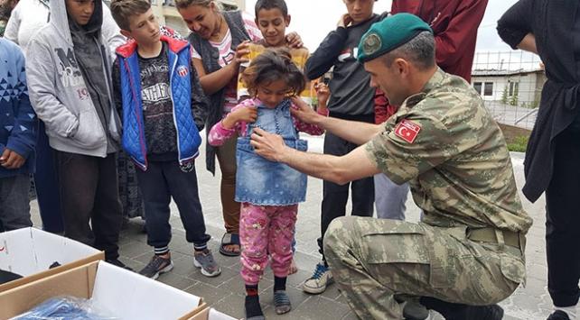 Türk askeri Kosovalı çocukların yüzünü güldürdü