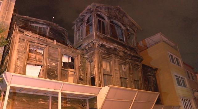 Çökme tehlikesi bulunan metruk bina çevresinde güvenlik önlemi alındı