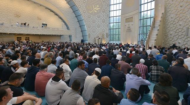 Dünyada Ramazan Bayramı sevinçle kutlanıyor