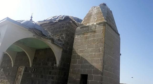 Karsta yıldırım düşen caminin minaresi yıkıldı