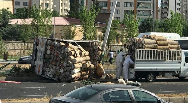 Diyarbakırda arı kovanı yüklü kamyonet devrildi: 2 yaralı