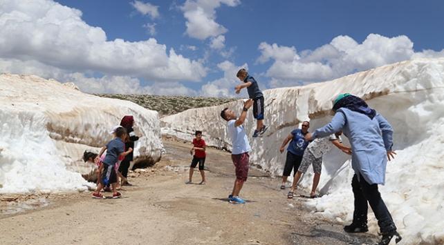 Sıcaktan bunalan tatilciler deniz ve kar keyfini bir arada yaşıyor