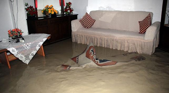 Sağanak Beypazarındaki evleri su ile doldurdu