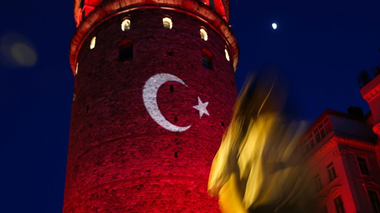 İstanbulun tarihi simgeleri kırmızı beyaza büründü