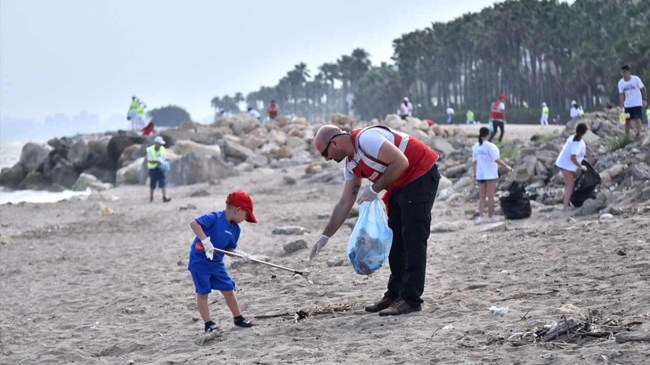 Mersin sahil şeridi çöpten temizlendi