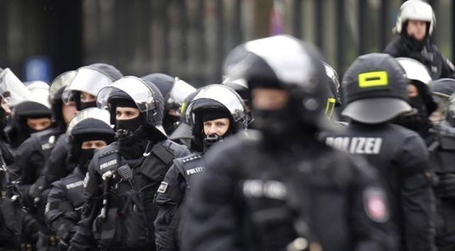 Almanyada 4 polis tutuklandı