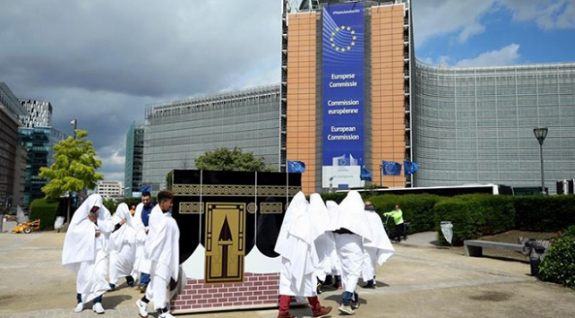 Brükselde Kabe maketi etrafında temsili tavaflı protesto