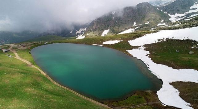 Dumanlı dağların arasındaki krater gölleri