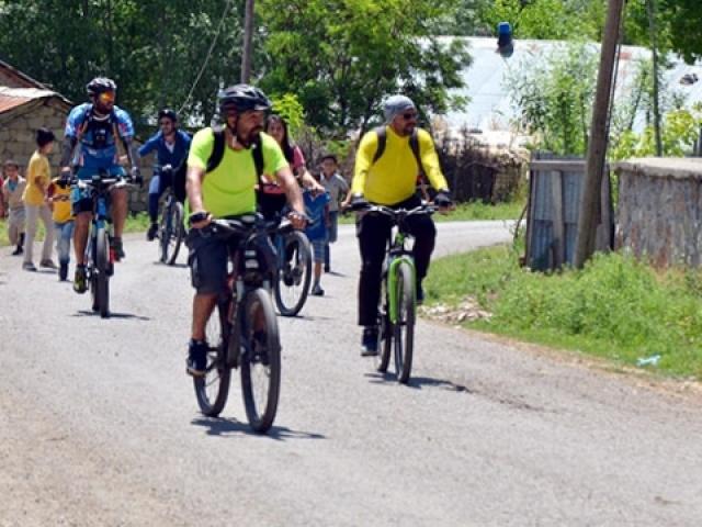 Pedallarını köy okulundaki çocuklar için çevirdiler