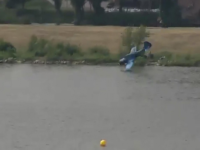 Polonya'da gösteri uçağı nehre düştü
