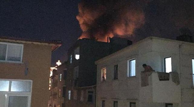 Esenlerde 5 katlı binanın çatısında yangın çıktı
