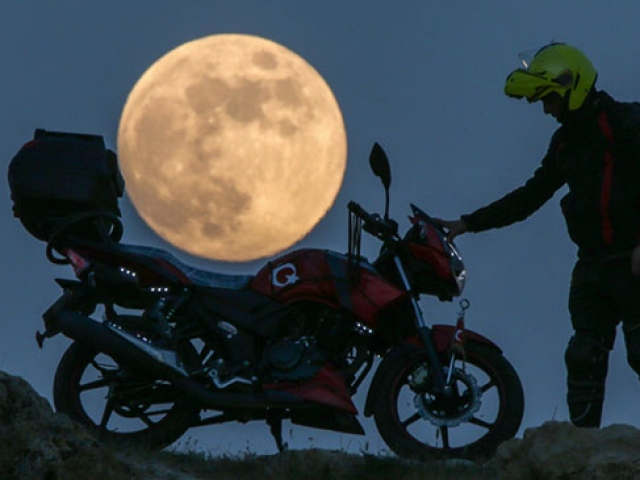 Dolunay ışığında motosiklet sürdüler