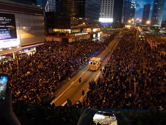 Hong Kong'ta ambulansa yol açma videosu sosyal medyada viral oldu